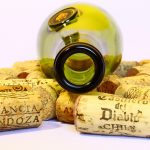 Botella de vino vacía con corchos
